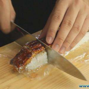 cutting-the-dragon-sushi-roll-in-to-peices