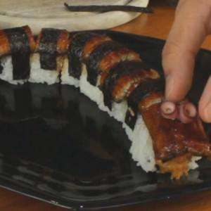 decorating-a-sushi-roll